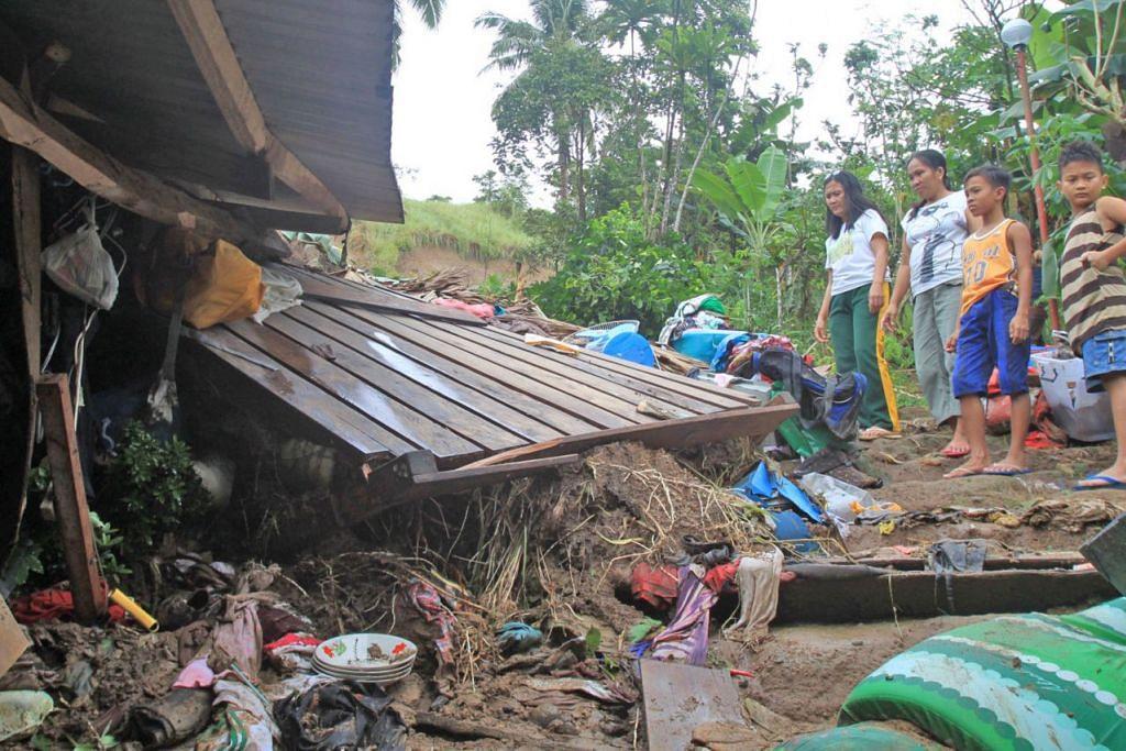 RUMAH RANAP: Penduduk di Filipina ini melihat rumah mereka hancur menyusuli kejadian tanah runtuh yang melanda bandar Bulan yang terletak di wilayah Sorsogon, Filipina. - Foto EPA-EFE