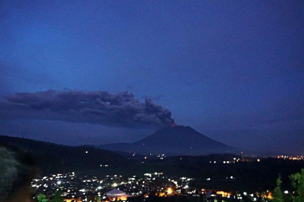 Asap tebal keluar dari kawah Gunung Agung di daerah Karangasem, Bali, semasa letusan pada 2017.
