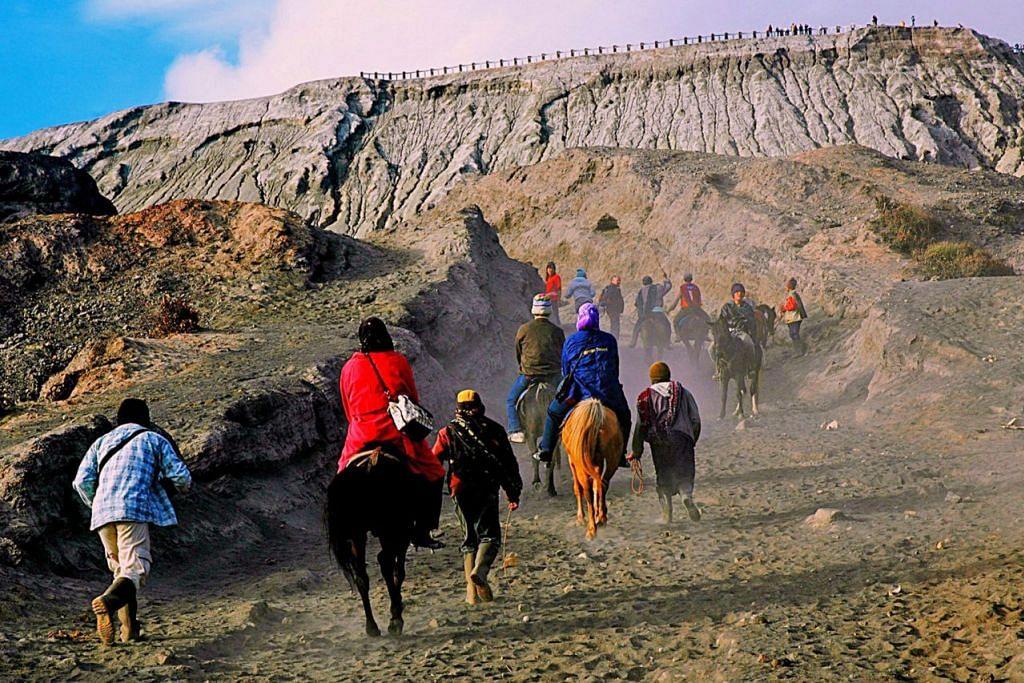 PENDAKIAN BERSAMA: Pelawat sama-sama mendaki menuju kawah Gunung Bromo sama ada dengan berjalan kaki atau dengan menunggang kuda padi sejauh lebih kurang tiga kilometer. - Foto ihsan SAHARI SARIMAN