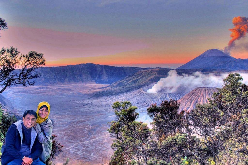 PERCUTIAN INDAH: Penulis bersama isteri, Cik Hamimah Lazim, sempat merakamkan gambar yang berlatar belakangkan Gunung Bromo dan Gunung Batok. - Foto ihsan SAHARI SARIMAN