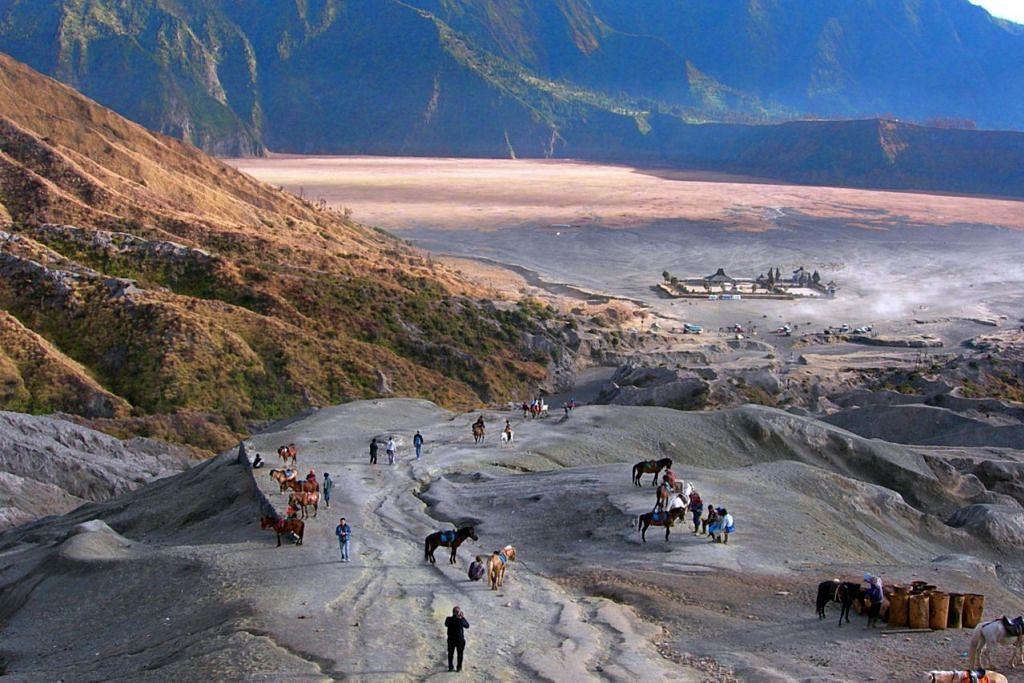 HAMPARAN LAUTAN PASIR YANG LUAS: Tarikan pemandangan Lautan Pasir dari Puncak Gunung Bromo. - Foto ihsan SAHARI SARIMAN