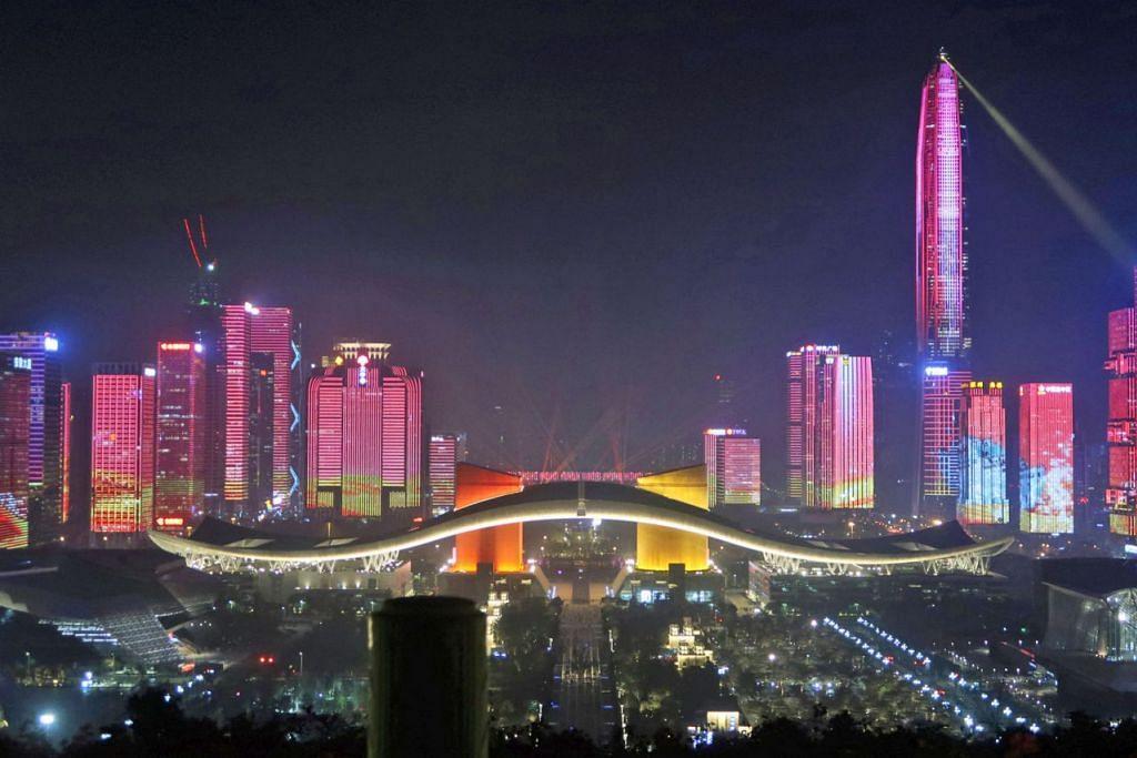SIMBOL PEMBAHARUAN: Kawasan pusat perniagaan di Shenzhen, wilayah Guangdong, diterangi cahaya lampu mempesonakan bagi menyambut ulang tahun ke-40 dasar pembaharuan dan buka pintu China. Bandar ini merupakan simbol dasar yang dilancarkan China 40 tahun lalu: daripada perkampungan nelayan berubah menjadi hab perkilangan global. - Foto REUTERS
