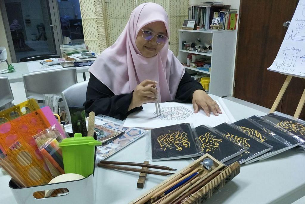 SENI KHAT: Ustazah Nur Fathiah Abdussamad mahu mengembangkan keindahan cabang seni Islam menerusi seni khat Islam yang menurutnya tidak terbatas pada soal hukum dan malah keindahan cabang seni Islam dapat mendekatkan hamba kepada Pencipta. - Foto BH oleh SUHAIMI MOHSEN