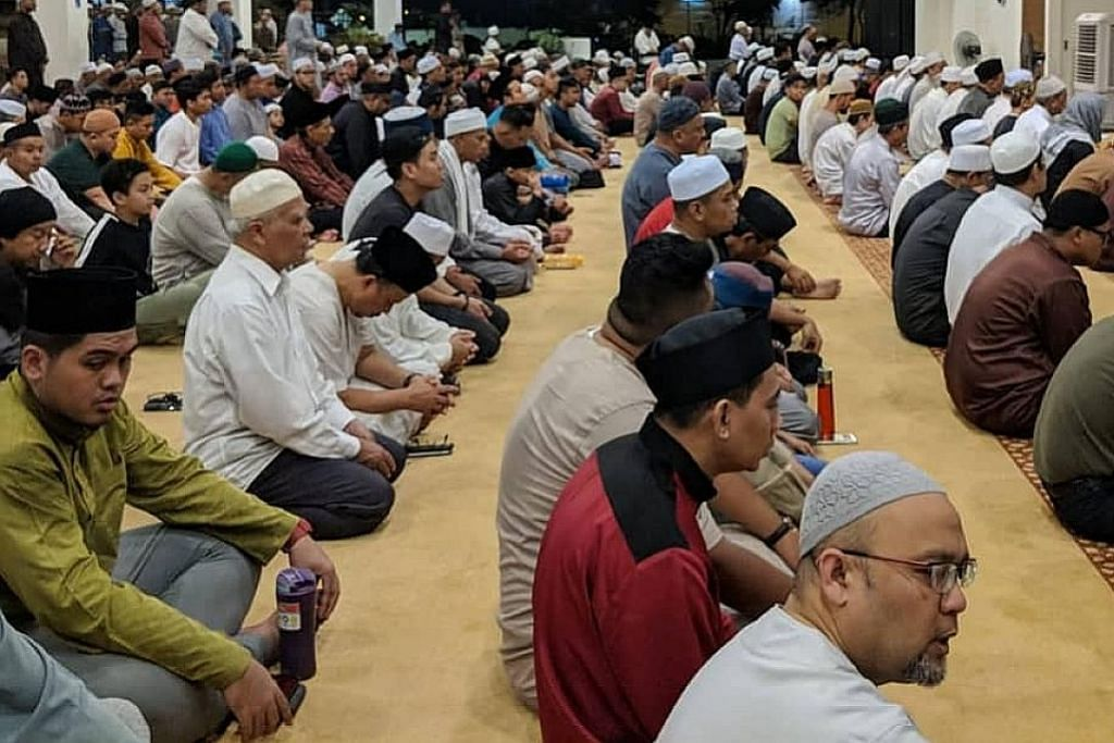 Jemaah banjiri masjid setempat pada hari pertama solat tarawih