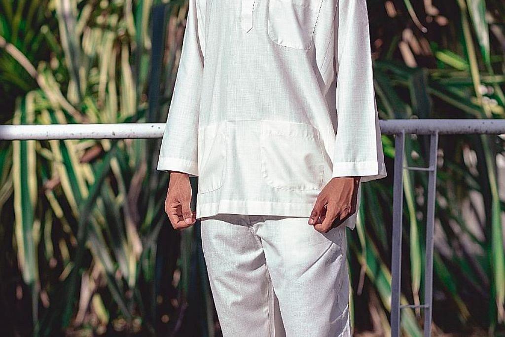 Segak bergaya dengan baju Melayu zaman dulu