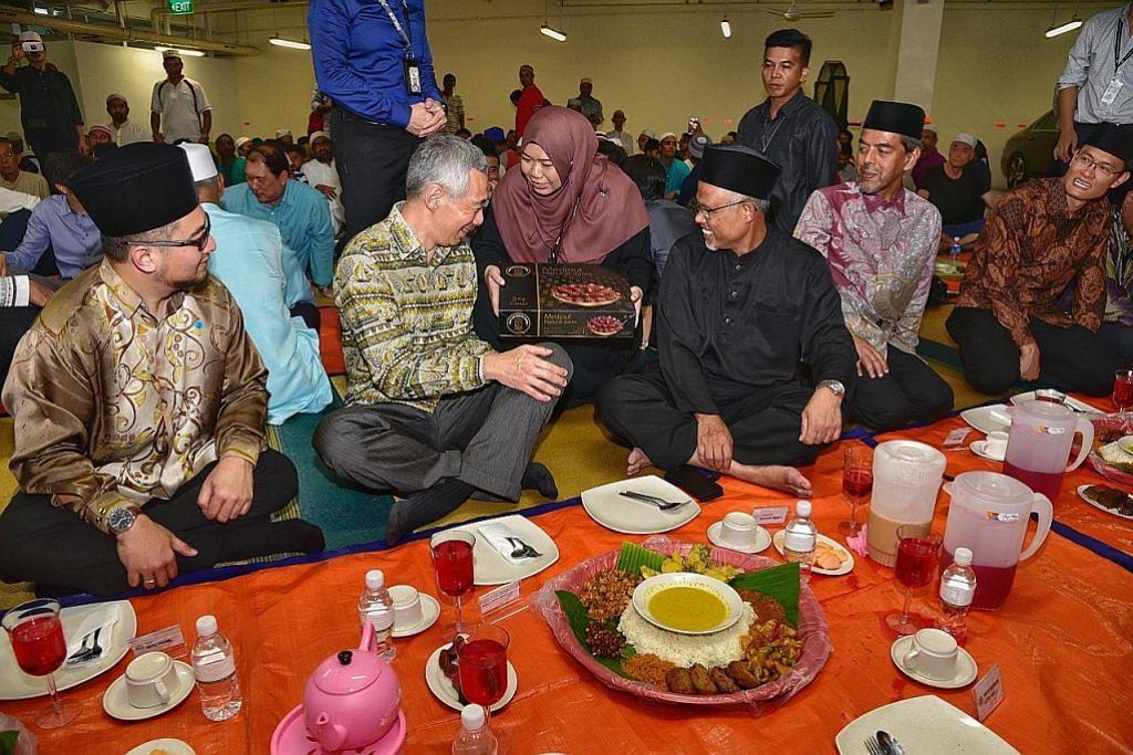 PM Lee kunjung Masjid Maarof, sertai iftar bersama jemaah