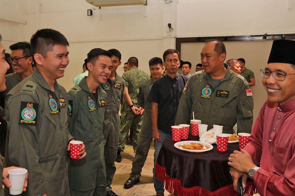 Maliki rai tentera Singapura sempena sambutan lebaran di Brunei