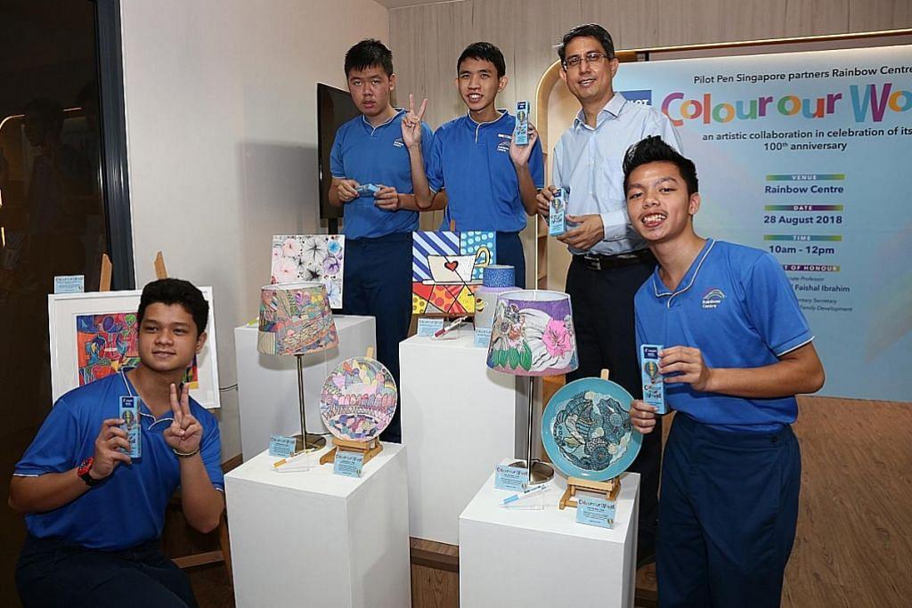 Pena istimewa untuk amal dari pelajar Pusat Rainbow