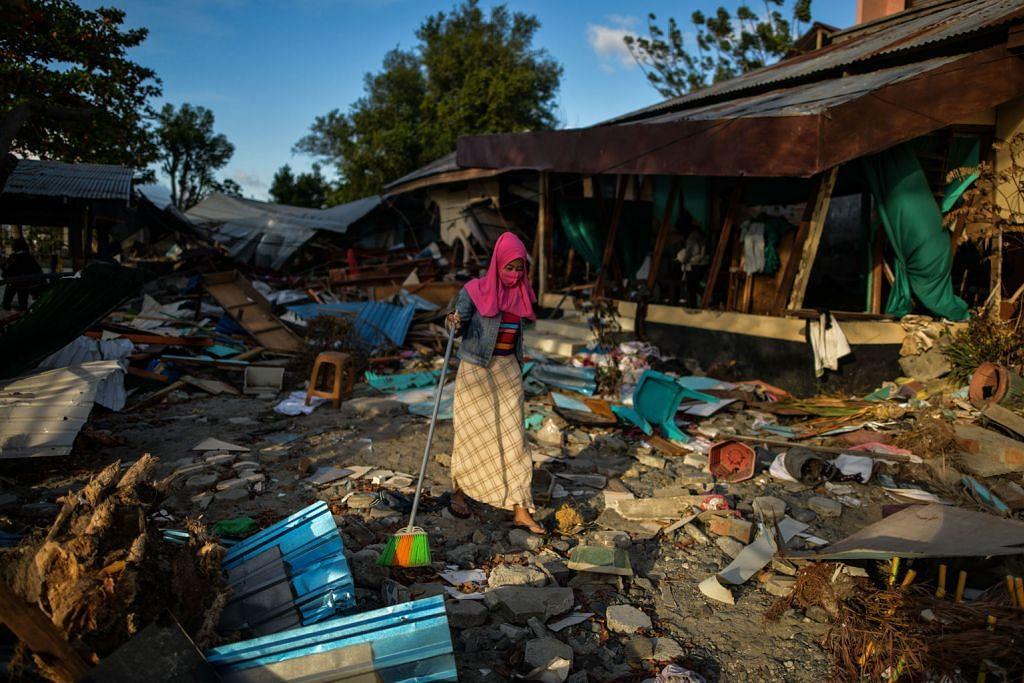 GEMPA DI SULAWESI Penduduk pulang ke rumah