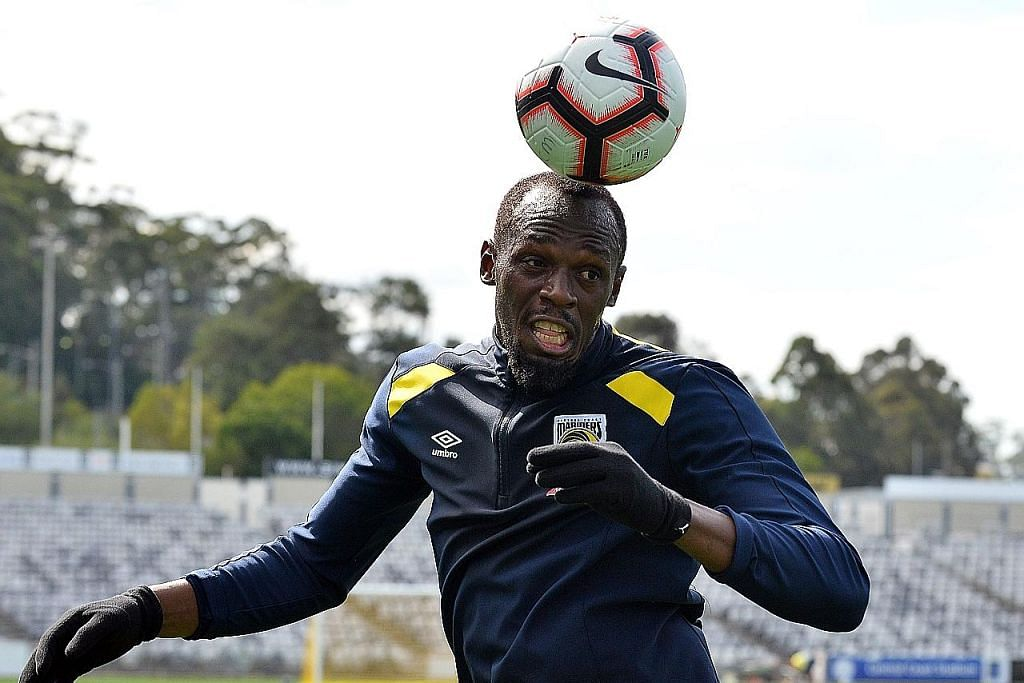 GIGIH KEJAR IMPIAN: Usain Bolt gigih berlatih dengan kelab Liga-A, Central Coast Mariners, sejak Ogos lalu. Gambar kiri menunjukkan beliau mencari sasaran semasa diturunkan dalam perlawanan ujian pramusim. - Foto AFP