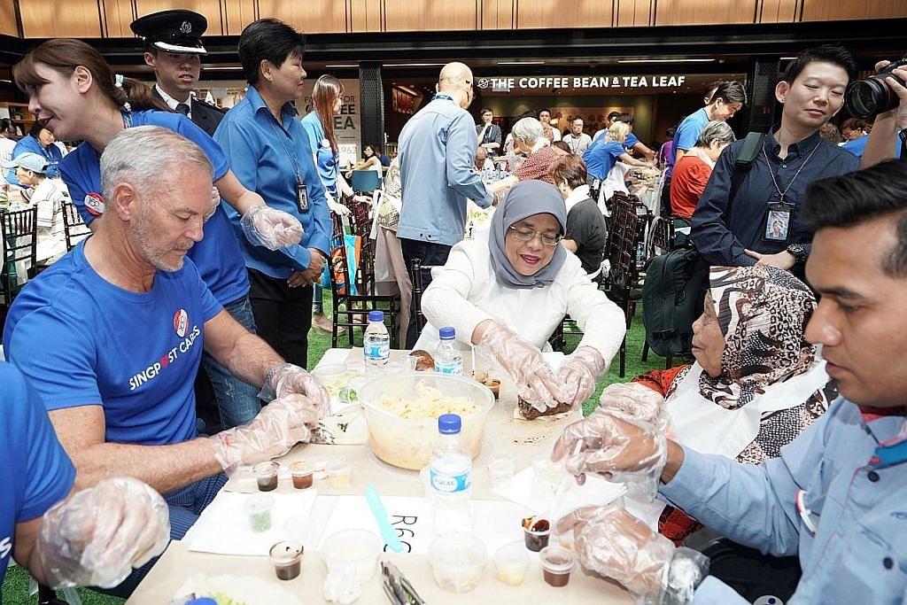Presiden Halimah antara 370 peserta buat popiah, pecah rekod S'pura