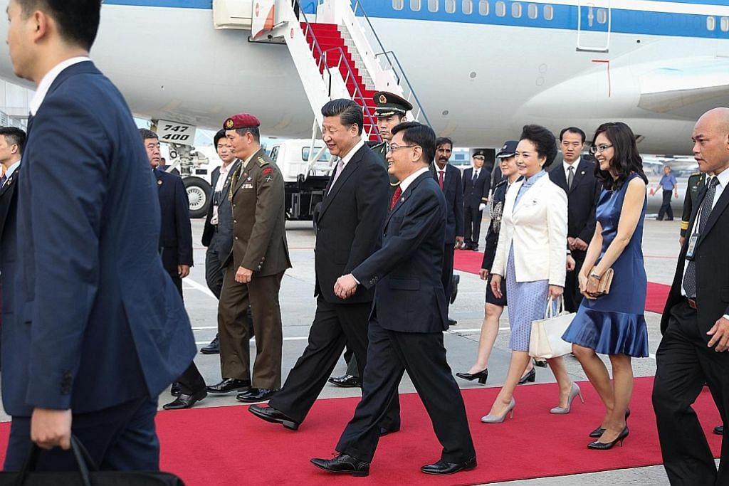 SAMBUT ROMBONGAN: Encik Heng menyambut ketibaan Presiden China, Encik Xi Jinping, yang melawat Singapura tidak lama dulu. - Foto fail
