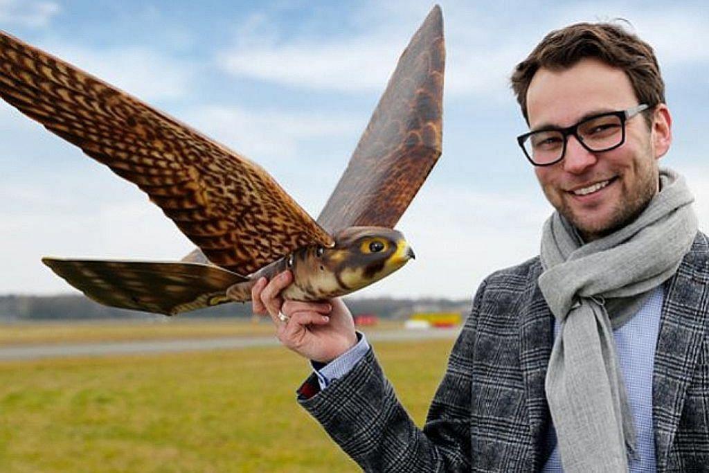 PENERBANGAN Dron 'falcon' berjaya halau burung dari ruang udara dekat lapangan terbang