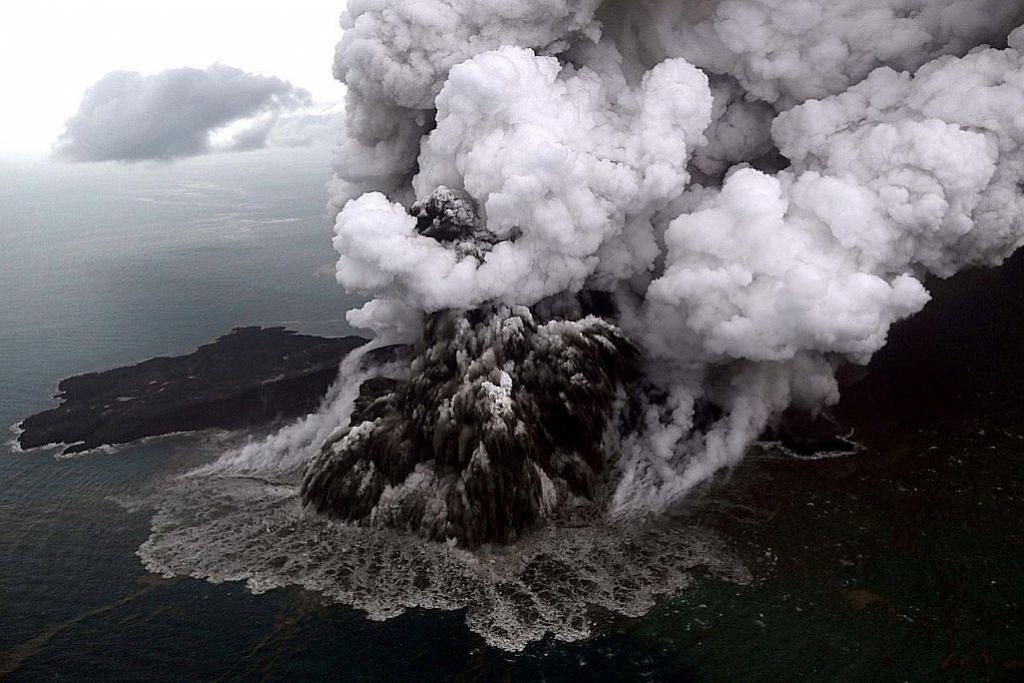 Anak Krakatau aktif sehari sebelum tsunami