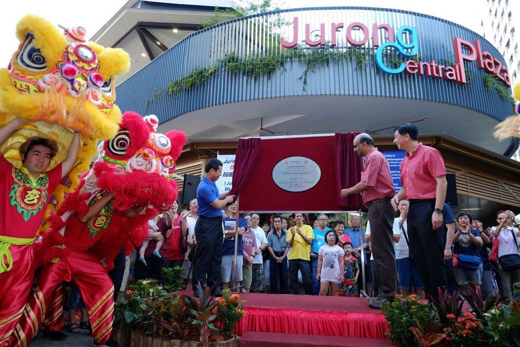 PERASMIAN MERIAH: Encik Tharman (diri di pentas, dua dari kanan) melancarkan Jurong Central Plaza, Jurong West Street 41, semalam. Bangunan itu antara lain menempatkan pasar dan kedai kopi lebih besar. - Foto SPH
