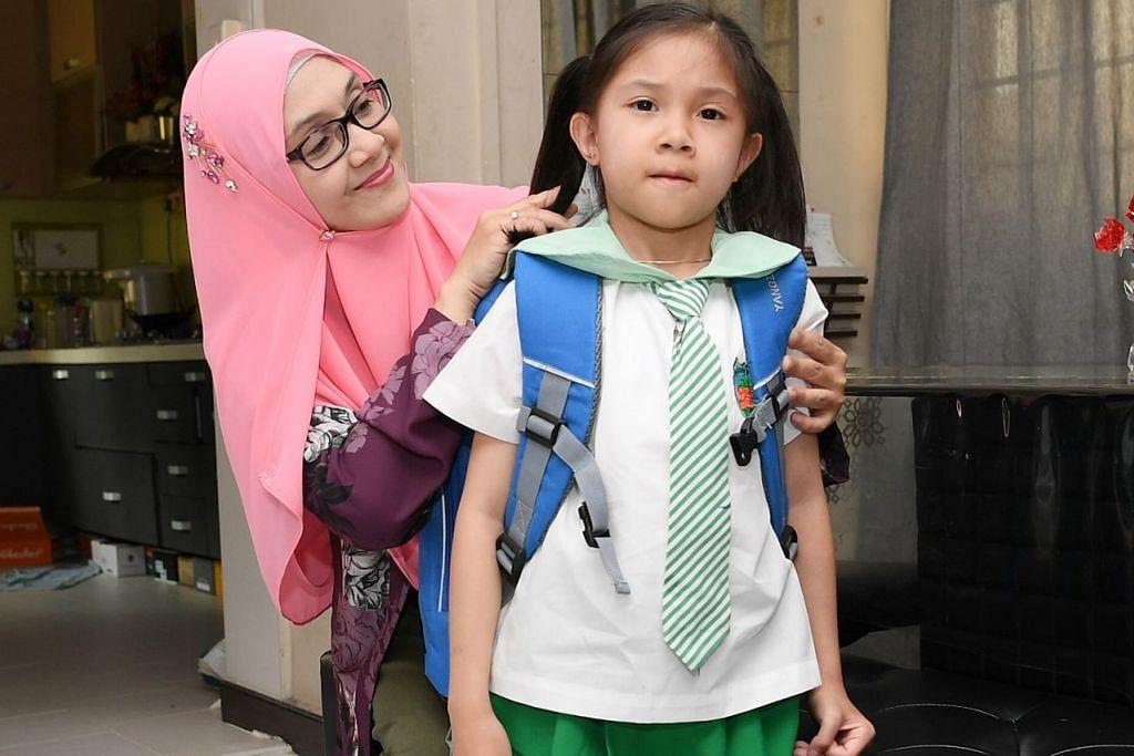 RAIH PENGALAMAN BARU: Bagi Cik Maslita Ali, tidak kira apa jua sekolah yang diikuti anak bongsunya Hakimah Qaidah Rahmat, yang penting ia dapat memupuk nilai positif selain membuka peluang pembelajaran yang luas buat anaknya. - Foto BH oleh KHALID BABA