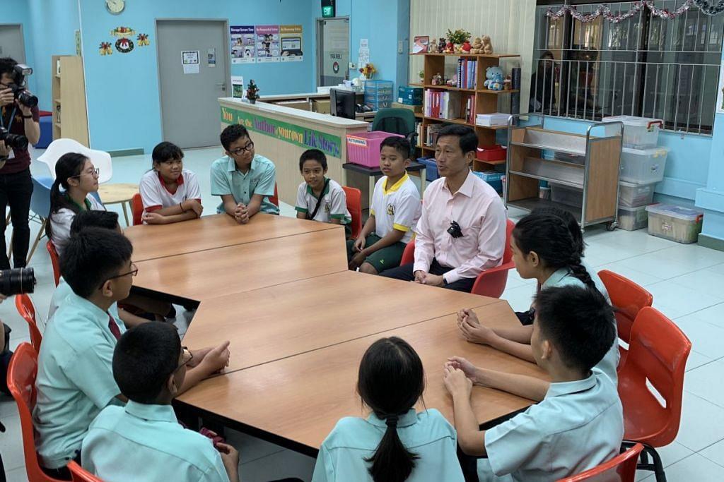 Encik Ong (berbaju merah jambu) bertemu dan berinteraksi dengan murid-murid Huamin selepas pelancaran aplikasi Parents Gateway pagi tadi.