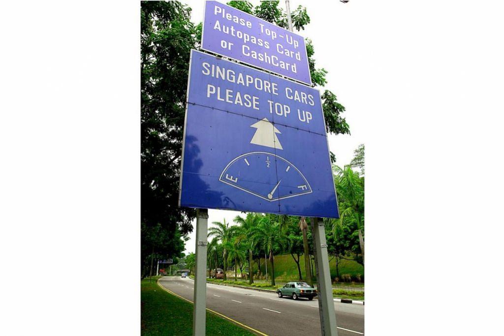 PERINGATAN: Papan tanda yang mengingatkan pemandu kenderaan berdaftar Singapura supaya memastikan kenderaan masing-masing mempunyai tangki minyak yang diisi tiga suku penuh apabila keluar dari Singapura melalui pusat pemeriksaan darat. - Foto fail