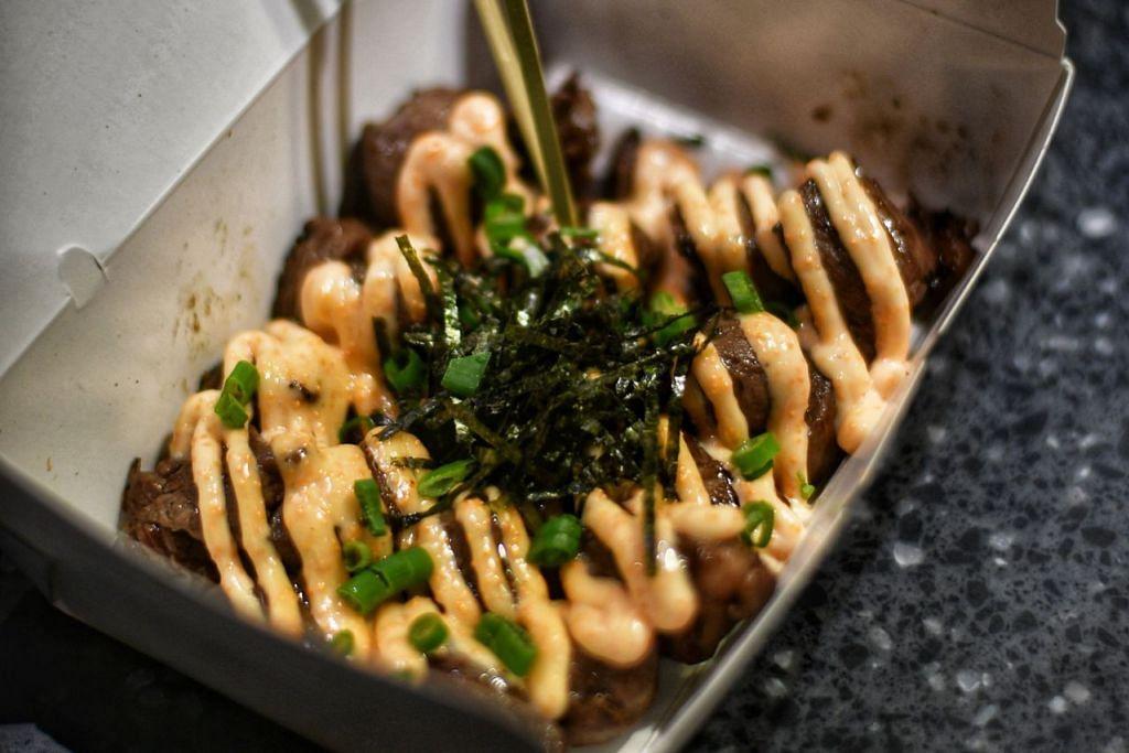 GABUNGAN UNIK: Daging panggang yang disiram sos 'mentaiko' antara sajian Beef Bro yang mendapat sambutan pelanggan Melayu/Islam. – Foto BM oleh ARIFFIN JAMAR