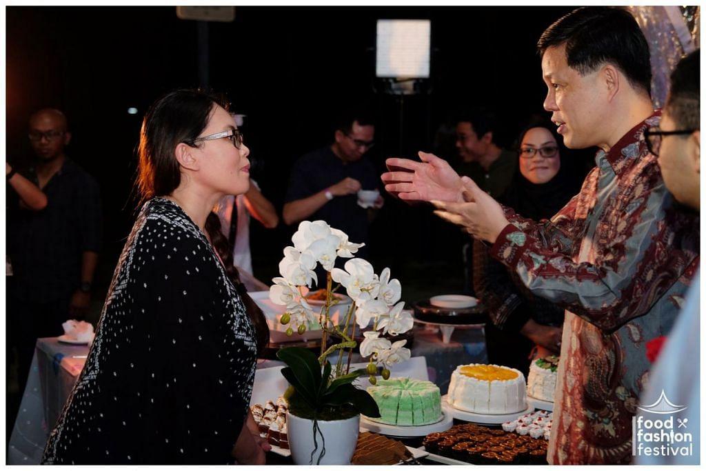 ACARA JALIN RANGKAIAN ANTARA DEWAN ETNIK: JALIN RANGKAIAN: Menteri Perdagangan dan Perusahaan, Encik Chan Chun Sing, beramah mesra dengan salah seorang peniaga semasa di acara jalin rangkaian antara dewan tahun lalu. – Foto DPPMS