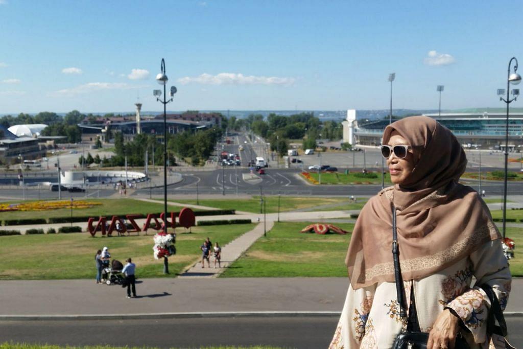FOTO KENANGAN: Ibu penulis, Cik Samah Badi bergambar di atas bukit Kazan Kremlin berlatar belakangkan Stadium Kazan. - Foto ihsan ROHAIDA KARIM