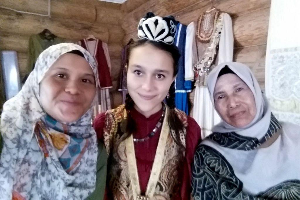 TEMAN JAUH: Di Art Hotel Kazan (dari kiri) Cik Rohaida Karim, Pemandu pelancong Muzium Chak-Chak, dan ibu penulis, Cik Samah. - Foto ihsan ROHAIDA KARIM