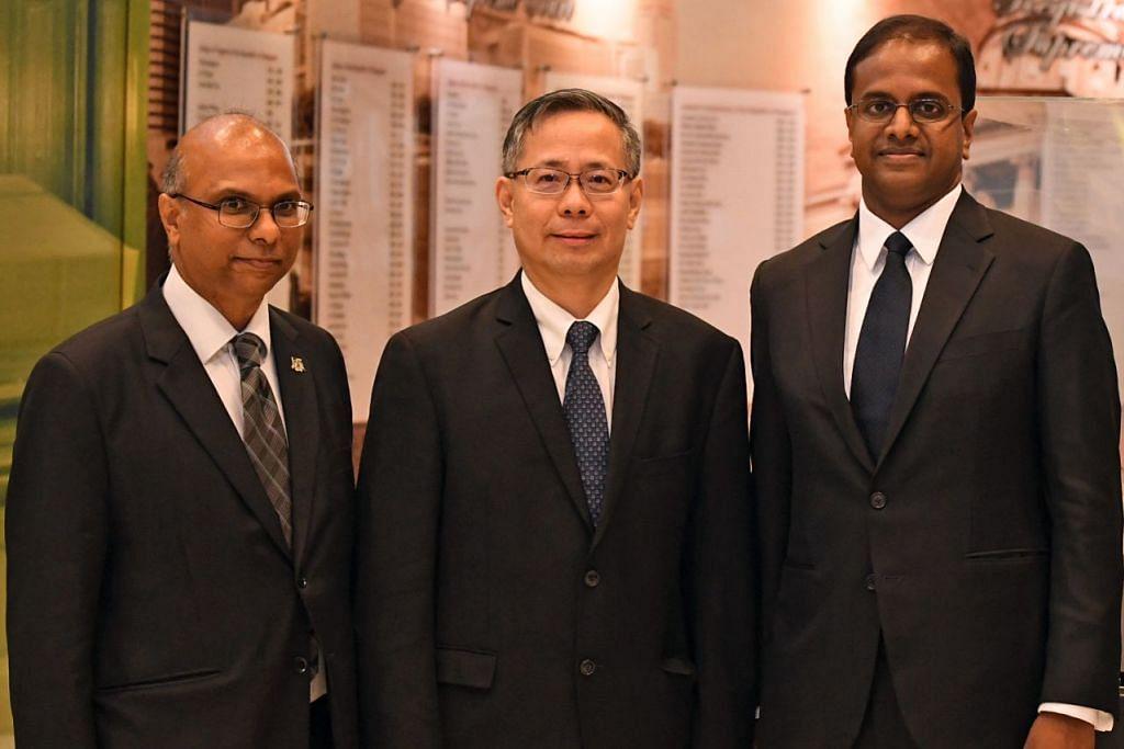 DIIKTIRAF SEBAGAI ANTARA PEGUAM TERBAIK: (Dari kanan) Encik Siraj, Encik Foo dan Encik Vijayendran setelah dilantik sebagai Peguam Kanan semalam. - Foto BH oleh DESMOND FOO