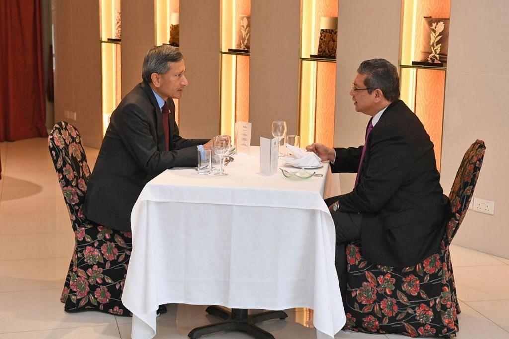 MENJAMU SELERA BERSAMA: Dr Vivian (kiri) dan Datuk Saifuddin makan tengah hari bersama sebelum meluangkan masa berjalan di Kebun Bunga Singapura. - Foto BH oleh DESMOND FOO