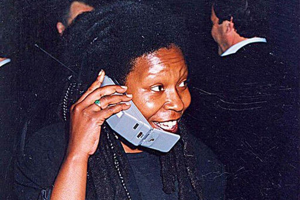 Telefon bimbit 'lipat' atau dipanggil 'Clamshell'.