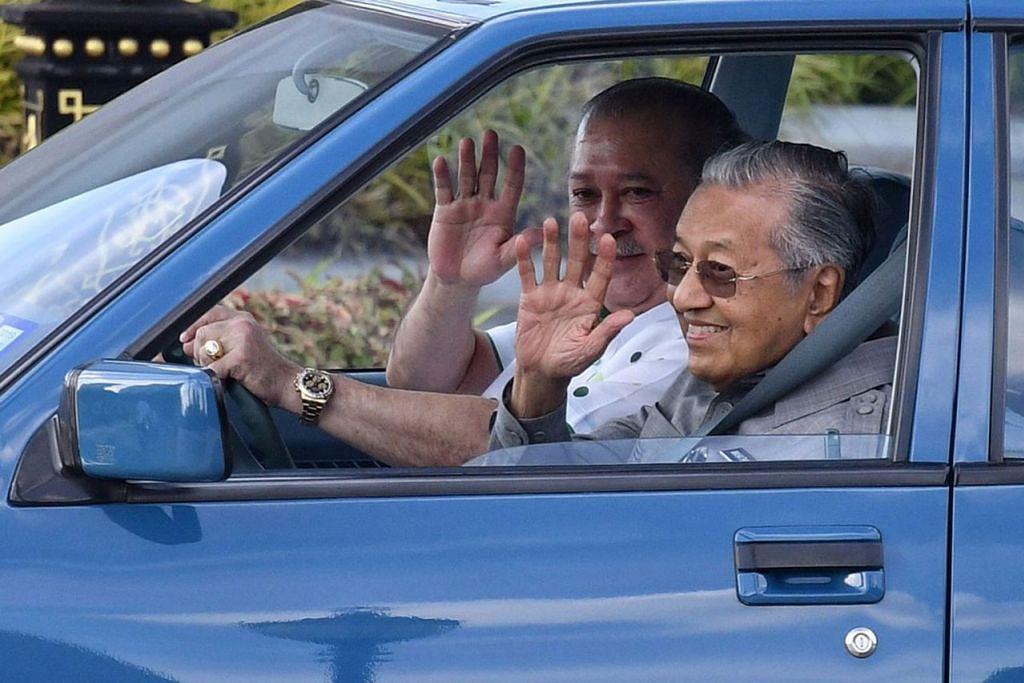PERTEMUAN LEBIH SEJAM: Sultan Ibrahim Sultan Iskandar memandu Proton Saga membawa Dr Mahathir Mohamad dari Istana Bukit Serene, Johor Bahru ke Lapangan Terbang Antarabangsa Senai, Kulai, Johor, semalam. - Foto MALAYSIAN INSIGHT
