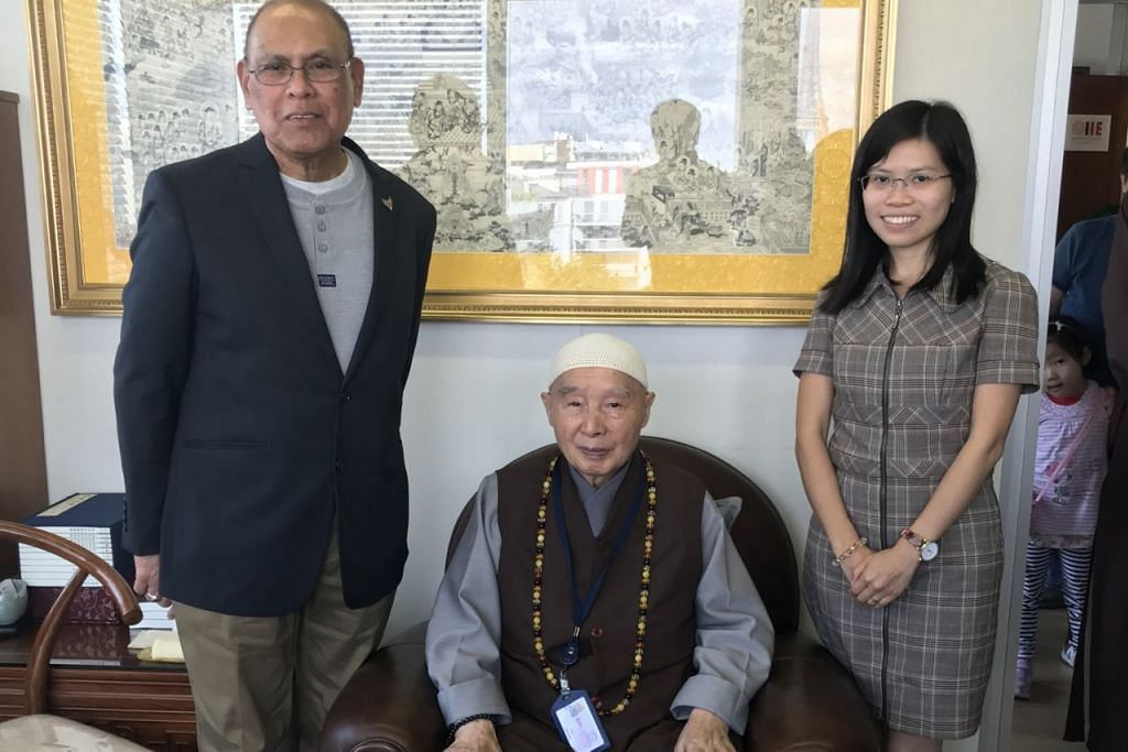 PENGALAMAN DI SINGAPURA MODAL BERHARGA: Encik Muhammed Haniff Abdul Razak (kiri) bersama Master Chin Kung, pengasas Pure Land Learning College Association (tengah), dan pembantunya, Cik Mei Ling Chow (kanan). - Foto ihsan MUHAMMAD HANIFF ABDUL RAZAK