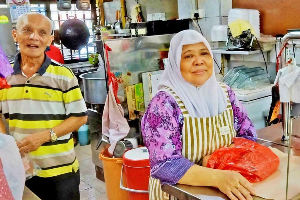 ADA PELANGGAN YANG DATANG SEBELUM SUBUH: Cik Zaliah (kanan) dan suaminya, Encik Mohd Tahir, datang ke gerainya sekitar 4 pagi untuk menyiapkan masakan sebelum mula menjualnya pada 6 pagi. – Foto BM oleh SAINI SALLEH