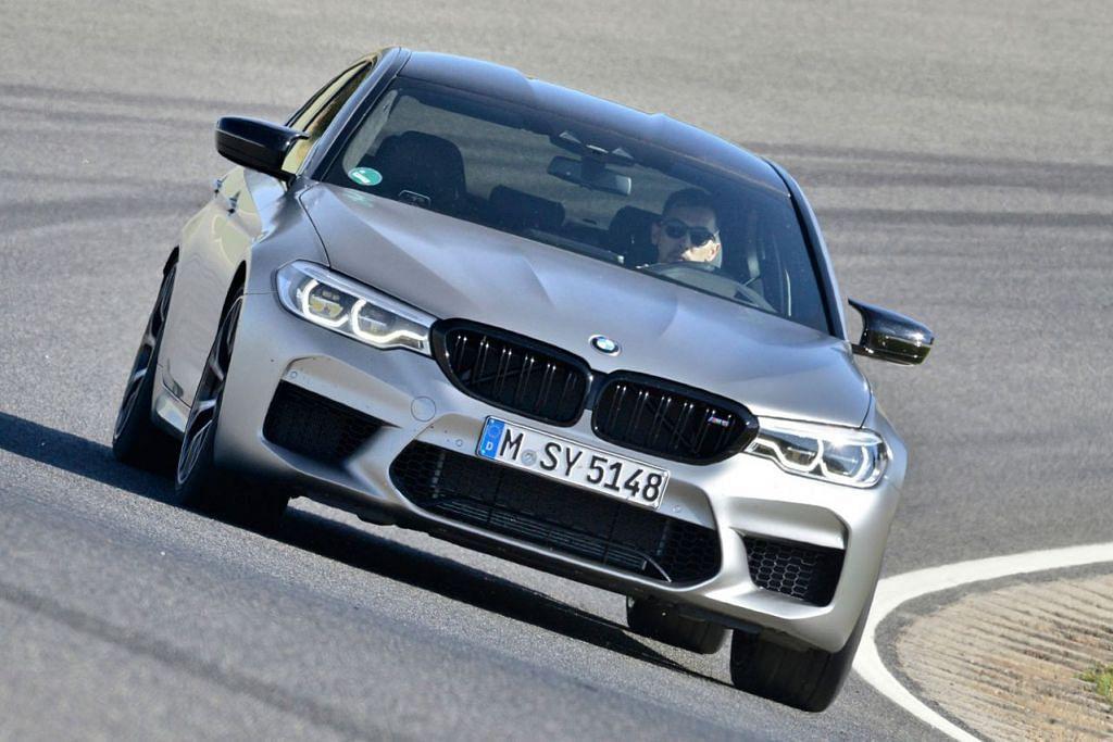 BMW M5: Kereta buatan Jerman ini mendapat undian tertinggi dari segi prestasi dan pengendalian. BMW M5 adalah sedan pertama daripada jenisnya untuk menawarkan prestasi tinggi, tetapi diorientasikan dalam badan sedan yang digemari oleh ramai pemandu. - Foto fail