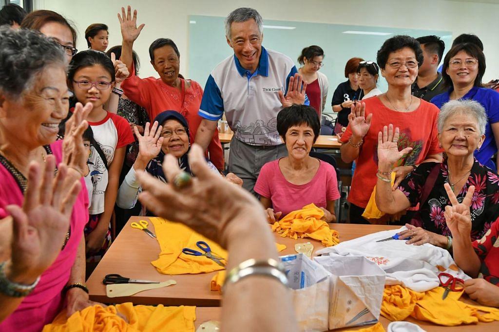 LEBIH BANYAK KEGIATAN: PM Lee menyaksikan penduduk yang sedang membuat kraf tangan menggunakan barangan yang dikitar semula di salah satu bilik kegiatan di Kelab Masyarakat Teck Ghee yang dipertingkat semalam.- Foto BH oleh LIM YAOHUI.