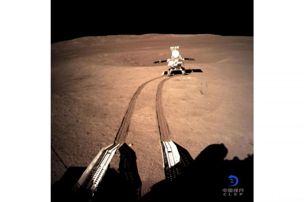 SATU PENCAPAIAN: Perayau yang merupakan jentera penyelidik, Chang'e-4, mendarat dan menghantar satu gambar di sebalik bulan kepada satelit Queqiao yang kemudian menghantar maklumat itu ke Bumi. - Foto REUTERS