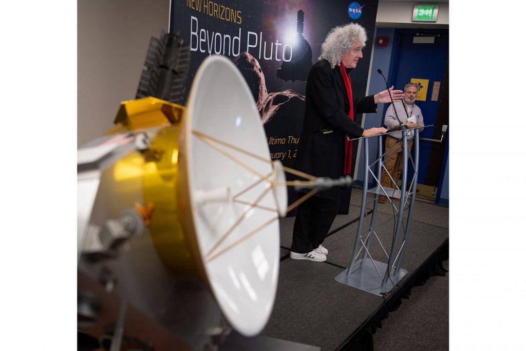 PENEROKAAN ANGKASA LEPAS: Pakar astrofizik, Brian May, yang juga merupakan pemain gitar bagi kugiran rok British, Queen, membincangkan laluan kapal angkasa 'New Horizon' di kawasan Kuiper Belt, di Makmal Fizik Gunaan di Universiti John Hopkins, di  Maryland, Amerika Syarikat, pada 31 Disember lalu. - Foto EPA-EFE