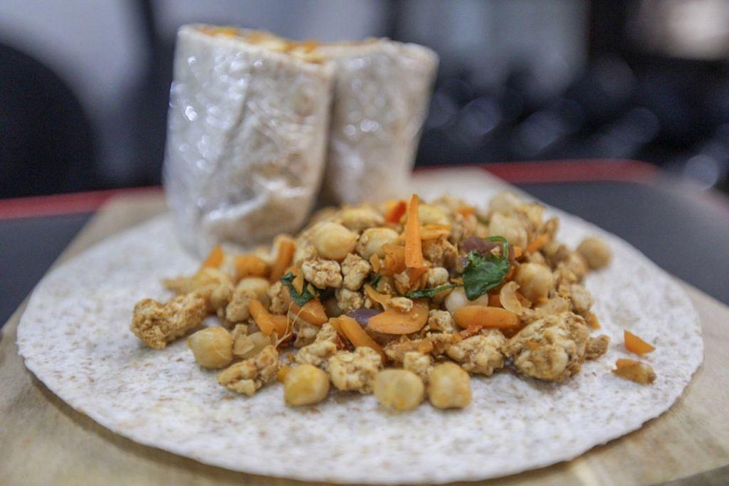 MENYIHATKAN: Makanan sihat yang mudah dimasak menggunakan 'wrap' jenis bijian penuh. - Foto BH oleh IQBAL FAIZAL