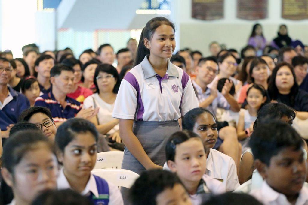 PENCAPAIAN DIPUJI: Pencapaian cemerlang Siti Nurelyliana (berdiri) turut disebut Perdana Menteri Lee dalam ucapan pembukaannya di majlis penyampaian Anugerah Edusave Biasiswa Jawatankuasa Perundingan Rakyat (CCC) Teck Ghee di Sekolah Rendah Townsville, baru-baru ini. - Foto SPH