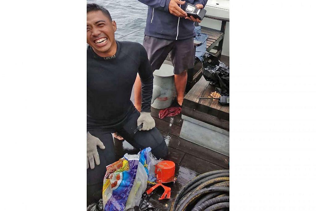 BAHAN BUKTI PENTING: Seorang penyelam Indonesia bersama kotak hitam kedua pesawat Lion Air yang ditemui (gambar atas). - Foto AFP
