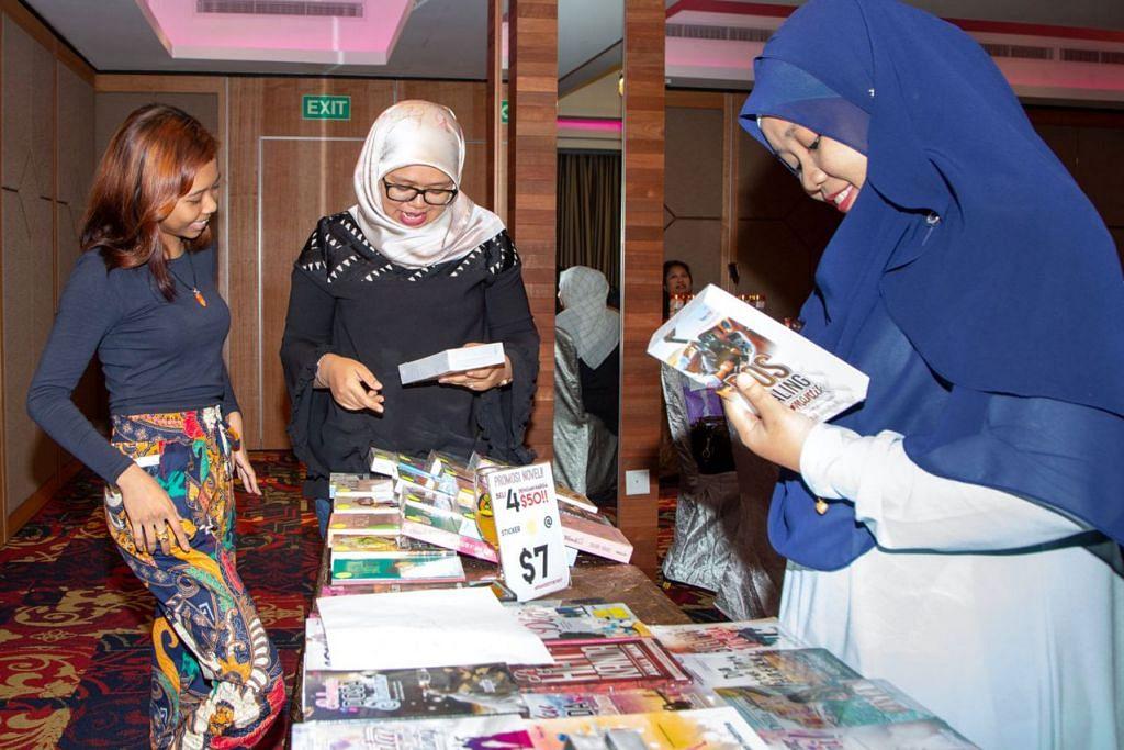 SENANGI PERSOALAN TERSIRAT: Cik Norzaidah Suparman (tengah), yang ditemani adiknya Cik Norkamariah (kanan), sudah membeli lebih 400 novel, dengan sebilangannya telah dialihkan menjadi drama televisyen dan filem. Mereka tertarik dengan persoalan tersirat tentang kehidupan yang dipaparkan novelis. - Foto BH oleh ZALEHA ABDUL