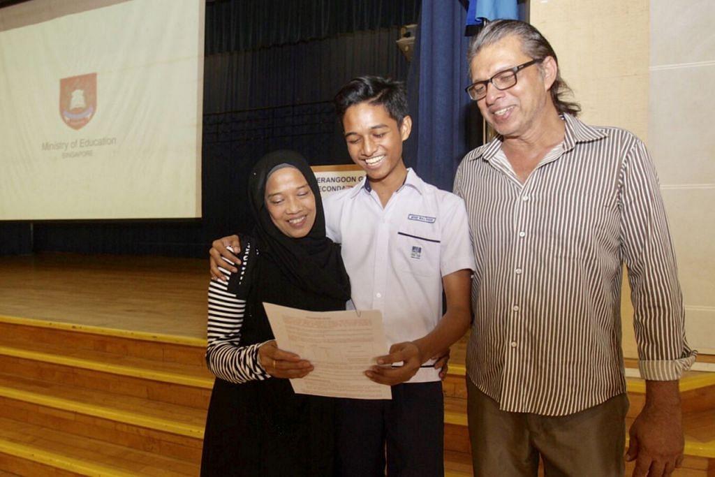 TERSENYUM LEBAR: Iraj (tengah), yang menerima keputusan GCE peringkat 'O' di Sekolah Menengah Serangoon Garden, berjaya meraih keputusan memuaskan membanggakan ibunya, Cik Maskana Jaffar, 55 tahun, serta bapanya, Encik Mohammed Ashfaq Khan, 59 tahun. - Foto BH oleh IQBAL FAIZAL