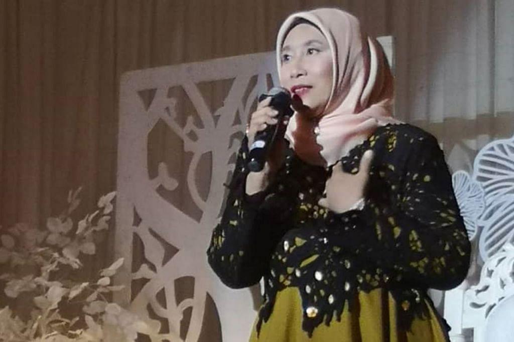 MASIH MERDU: Lina Kamsan, penyanyi '80-an yang pernah popular dengan lagu 'Penasaran' dan 'Puteri Ledang', membuat persembahan sempena majlis amal di Muar baru-baru ini. - Foto BH oleh SAODAH ISMAIL