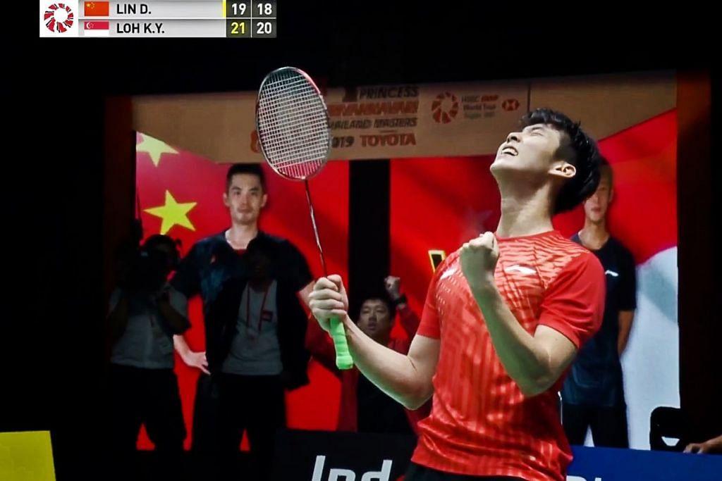 DIJULANG KEGEMBIRAAN: Meskipun terpaksa beraksi menentang jaguh Olimpik sebanyak dua kali, Lin Dan, Loh tidak gentar dengan cabaran yang diberikannya, dan akhirnya menunjukkan persembahan mantap untuk menewaskan pemain badminton dari China itu di pusingan akhir. - Foto PERSEKUTUAN DUNIA BADMINTON