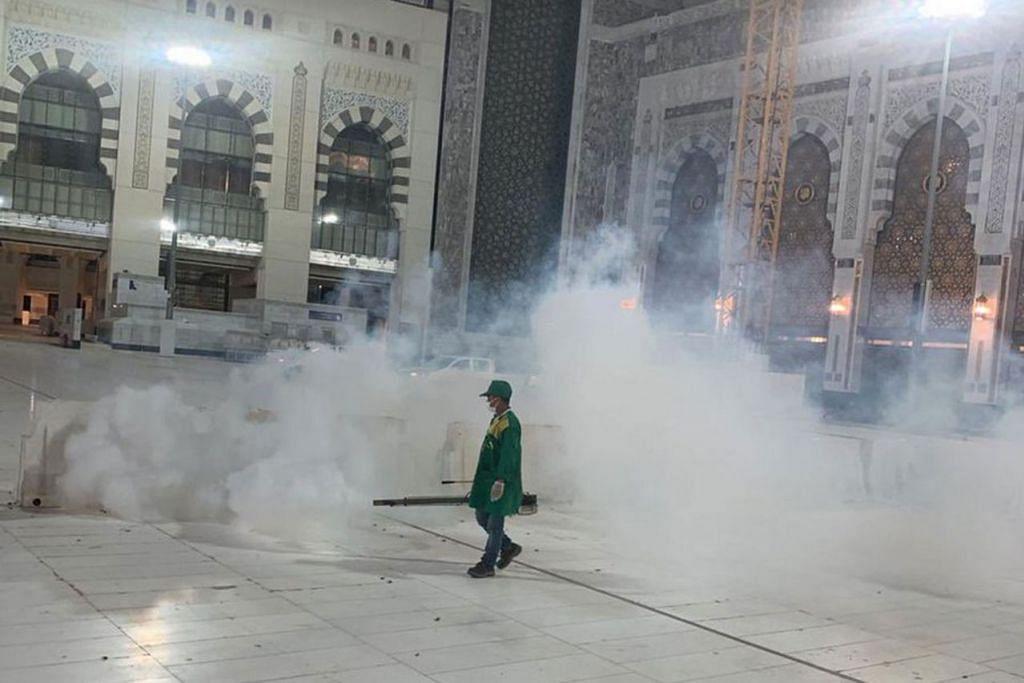 LAKUKAN PEMBERSIHAN: Pasukan pembersihan melakukan kerja penghapusan serangga di sekitar Masjidil Haram. - Foto TWITTER