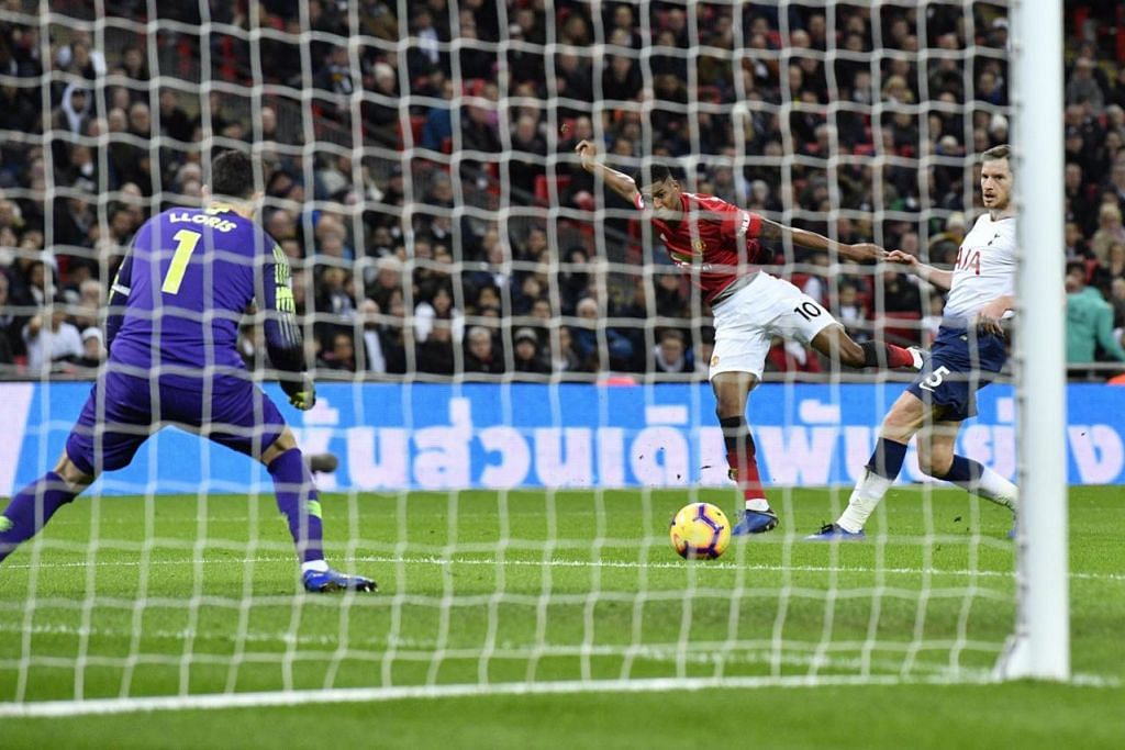 GOL KEMENANGAN: Pemain United Marcus Rashford (tengah) menjaringkan gol tunggal yang menewaskan Spurs 1-0 dalam pertemuan dua gergasi bola sepak itu di Stadium Wembley awal pagi semalam. - Foto EPA-EFE