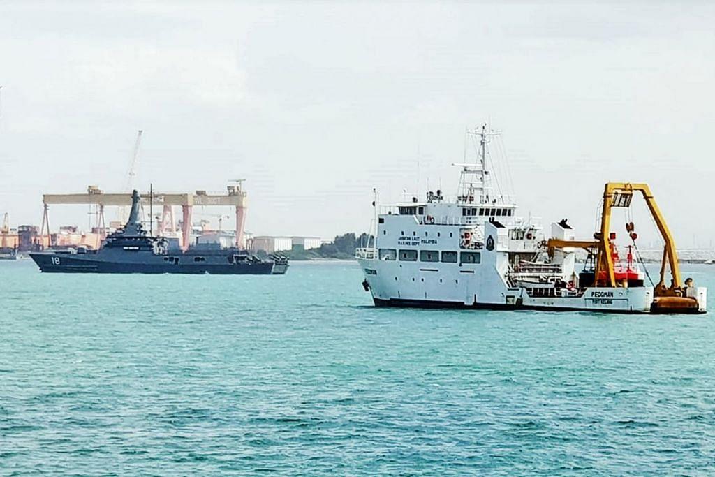 RESPONS TERKAWAL: Kapal Angkatan Tentera Laut Singapura (RSN) RSS Justice (kiri) memantau kapal kerajaan Malaysia Pedoman (kanan) yang berlabuh di perairan Singapura. - Foto SPF