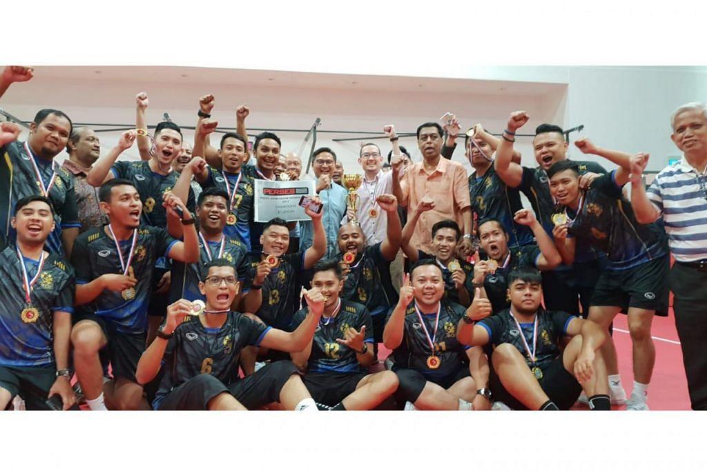 JUARA: Anggota pasukan Pasir Ris West CSC bergambar bersama Encik Saktiandi Supaat (tengah berdiri, berbaju biru). - Foto PERSES