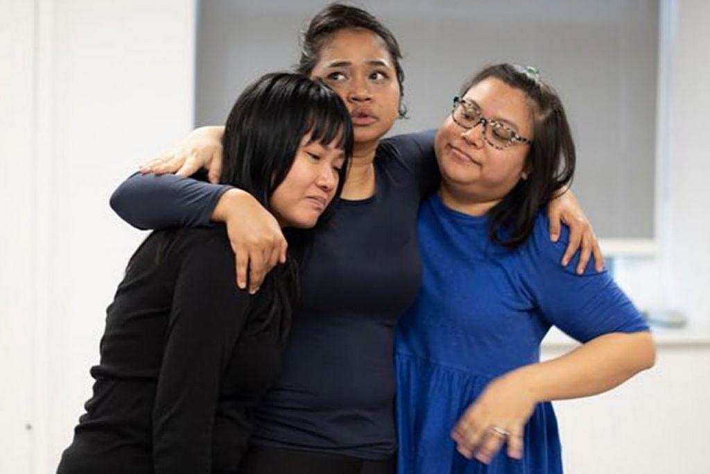 BERBAKAT: Pelakon tempatan, (dari kiri) Zuraida Abdul Rahim, Suhaili Safari dan Nur Khairiyah Ramli dalam latihan drama yang membawa kisah wanita Melayu-Islam Singapura tulisan Nabilah Said yang akan dipentaskan di London. - Foto ALI WRIGHT