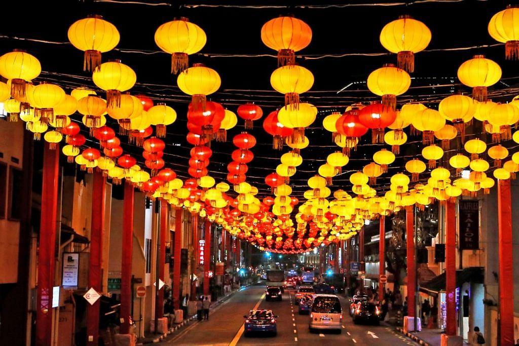 "PENYALAAN LAMPU TAHUN BARU TERBESAR: Tanglung merah dan kuning yang dipasang di sekitar Chinatown membentuk perkataan ""chun"" yang membawa maksud 'musim bunga'. Tanglung-tanglung tersebut merupakan sebahagian daripada penyalaan lampu di Chinatown yang terbesar dalam sejarah sempena Tahun Baru Cina. - Foto SPH"