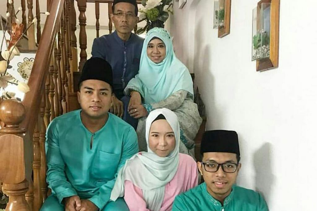 KEBANGGAAN KELUARGA: Cik Nur Izyan (depan, di tengah) menjadi peguam sebagai satu kelainan. Bapanya (belakang, kiri) Encik Mohammad Rahim Bakri seorang jurutera; ibunya Cik Norlidah Md Noor (belakang, kanan) dan adiknya, Encik Md Hanis (depan, kanan) jururawat manakala abangnya, Encik Md Faiz seorang pegawai bomba. - Foto ihsan NUR IZYAN MOHAMMAD RAHIM